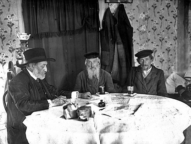 ש. אַנ־סקי (לינקס) אינטערוויויִרט צוויי עלטערע ייִדן אינעם תּחום־המושבֿ, אין 1912
