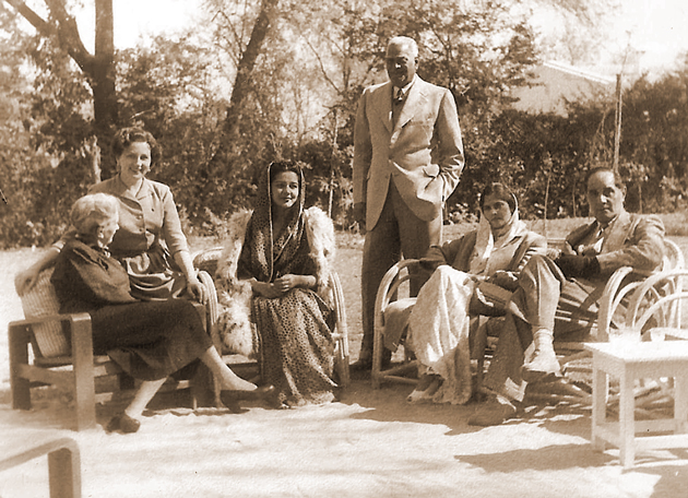ערמינאַ ספּעק (מאַדי מאַרטין), צווייטע פֿון לינקס; איר מאַמע, העלענאַ ספּעק, לינקס, און ערמינאַס ערשטער מאַן, סאַרטאַר באַהאַדור אוטאַם סינג (שטייט), בעת אַ נאָכמיטאָג מיט דער פּרינצעסין סיטאַ פֿון קאַפּורטאַלאַ (דריטע פֿון לינקס), אין די 1950ער יאָרן