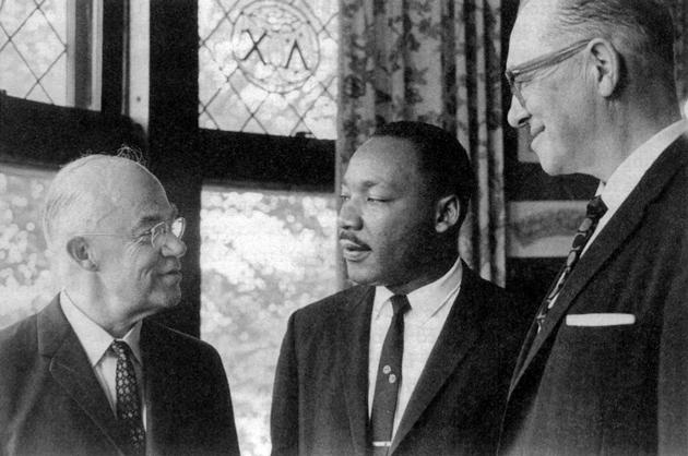 פֿון לינקס: ל. האַראָלד דעװאָלף (קינגס אַקאַדעמישער בעל־יועץ), קינג און האַראָלד ס. קײס (פּרעזידענט פֿון באָסטאָנער אוניװערסיטעט) אין סעפּטעמבער 1964, װען קינג האָט געשאָנקען דעם אוניװערסיטעט זײַנע פּאַפּירן