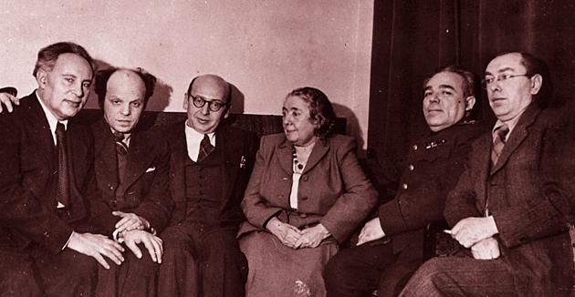פֿון רעכטס: פֿעפֿער, קאַץ, לינאַ שטערן, בנציון גאָלדבערג, זוסקין און קוויטקאָ, מאָסקווע, 1946