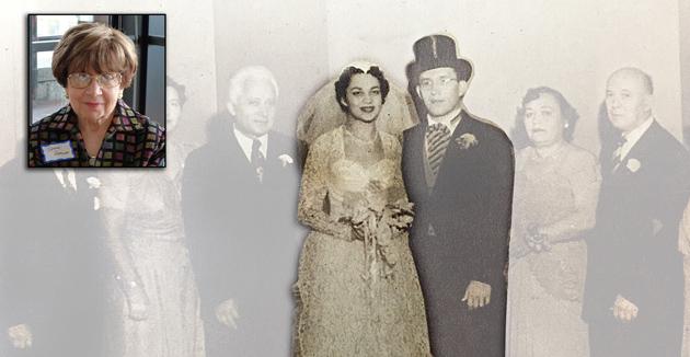 """אויף דער חתונה־שׂימחה בײַ אַ מיטגליד פֿון דער """"פֿאָרווערטס""""־משפּחה: די חתן־כּלה — ד״ר באַרנעט זומאָף און סעלמאַ סילווער — מיט די הויפּט־מחותּנים אינעם ברוקלינער קאָמונאַלן צענטער. פֿון """"פֿאָרווערטס"""", דעצעמבער 23, 1951"""