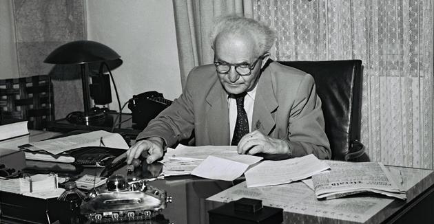 פּרעמיער בן־גוריון אין זײַן ביוראָ אין תּל־אָבֿיבֿ, 1טן סעפּטעמבער 1949