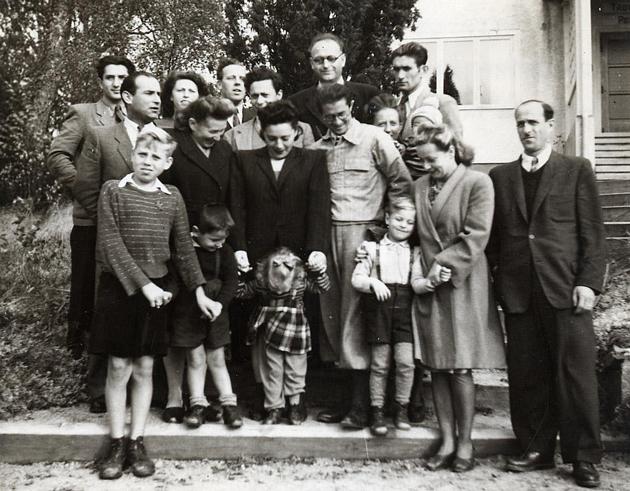 אַ גרופּע ייִדישע פּליטים אַריבערגעבראַכט קיין שוועדן דורכן ייִדישן אַרבעטער־קאָמיטעט, 1947