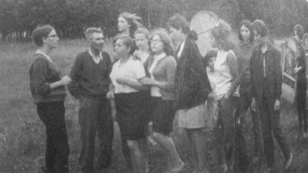 אַ גרופּע יונגע לײַט אין אַ ייִדישער זומער־קאָלאָניע אין זאַבניע, פּוילן, 1967