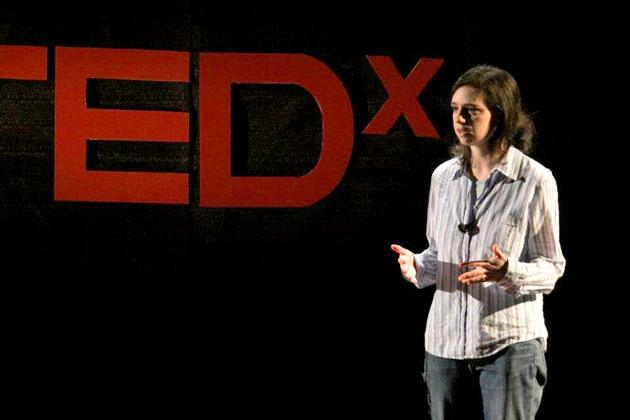 מעלאַני ווײַס טרעט אויף בעת דער TEDx-קאָנפֿערענץ, אין קאָלבי־קאָלעדזש, מיין