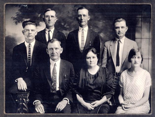 אַ משפּחה־פּאָרטרעט פֿון די 1920ער יאָרן — דער עלטער־עלטער־זיידע זיצט אונטן לינקס