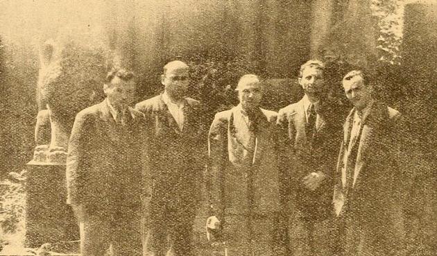 בײַם אוהל־פּרץ: ייִדישע שרײַבער לייגן אַ קראַנץ אויפֿן קבֿר פֿון י. ל. פּרץ. פֿון רעכטס: נחום באָמזע, יוסף רובינשטיין, אַבֿרהם זאַק, ב. מאַרק און דער זשורנאַליסט י. באָרנשטיין, וואַרשע 1945
