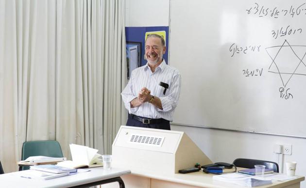 ד׳׳ר דוד ראָסקעס בעת אַ סעמינאַר פֿאַר סטודענטן אין דער מאַגיסטער־פּראָגראַם