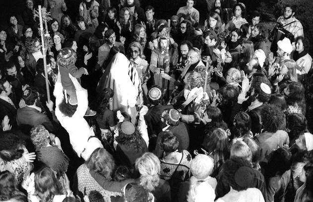 הרבֿ שלמה קאַרלעבאַך זינגט אויף אַ חתונה אין בערקלי, קאַליפֿאָרניע, בערך אַפּריל 1973