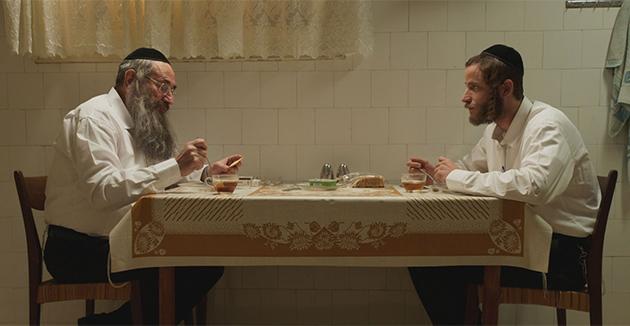 עקיבֿא שטיסל (מיכאל אלוני), רעכטס, און שלום שטיסל (דבֿל׳ה גליקמאַן) אין אַ סצענע פֿון דער פּראָגראַם
