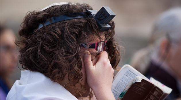 אַ יונגע פֿרוי טראָגט תּפֿילין, דעם 11טן אַפּריל 2013, אין ירושלים