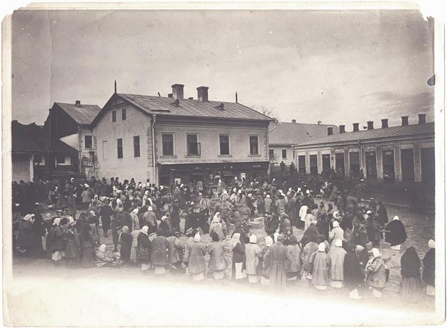 אַ ייִדישער מאַרק אין סאַדעגערע, בערך 1911