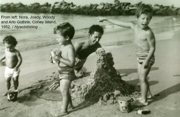 וווּדי גאָטרי אין קאָני־אײַלאַנד, 1952, מיט זײַנע קינדער (פֿון רעכטס): אַרלאָ, דזשאָודי און נאָראַ