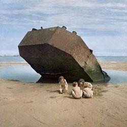 """קינדער שפּילן זיך בײַם """"אָמאַהאַ־ביטש"""", פֿראַנקרײַך, סוף 1940ער יאָרן"""