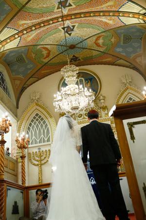 """חתן־כּלה אין דער היסטאָרישער """"כוסטאָ טיעראַ""""־שיל בעת דער חתונה"""