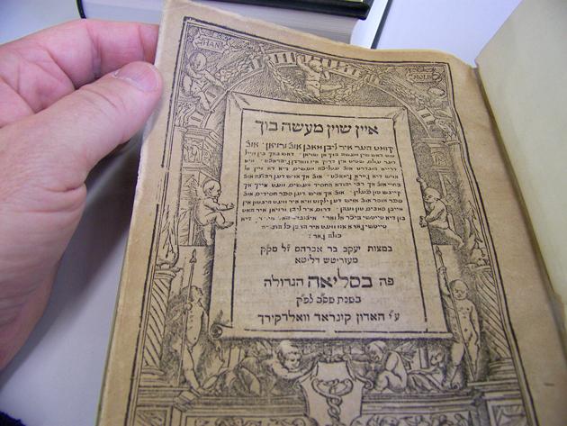 איך האַלט דאָס מעשׂה־בוך פֿון 1602 אין דער באַזעלער ביבליאָטעק