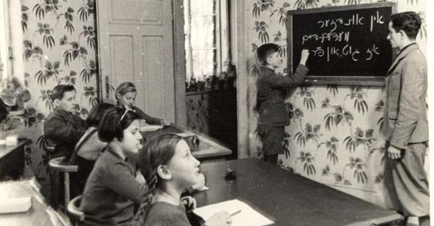 ייִדישע פּליטים פֿון דײַטשלאַנד לערנען זיך ייִדיש אין דער מעדעם־סאַנאַטאָריע, 1938