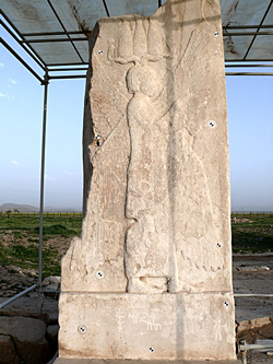 אַ באַרעליעף פֿונעם מלך כּורש, אַנטדעקט אין איראַן נישט ווײַט פֿון שיראַז