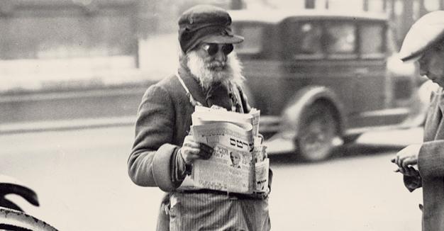 אַ ייִד פֿאַרקויפֿט דעם פֿאָרווערטס, בערך 1930