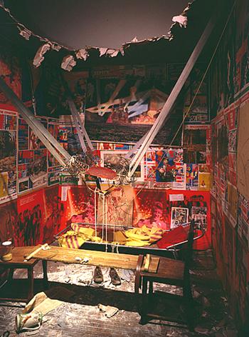 """אינסטאַלאַציע: """"דער מענטש, װאָס איז אַרױסגעפֿלױגן קײן קאָסמאָס פֿון זײַן דירה"""" (1985)"""