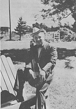 """נתן """"פּרינץ"""" נאַזאַראָף אין 1954. דאָס בילד האָט מען געמאַכט פֿאַר זײַן אַלבאָם """"פֿריילעכע ייִדישע לידער""""."""