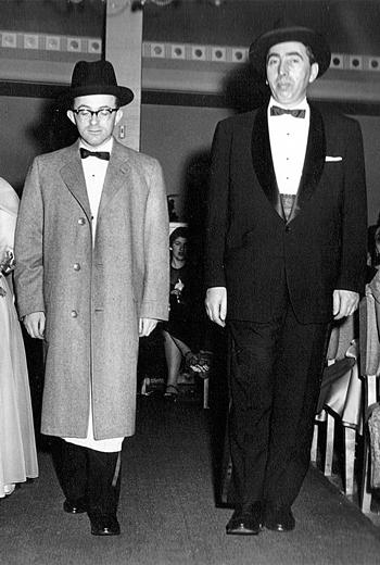 יונה גאָטעסמאַן (רעכטס) און זײַן שוואָגער, מרדכי שעכטער, אויף מרדכיס זייער טראַדיציאָנעלער חתונה, 1956
