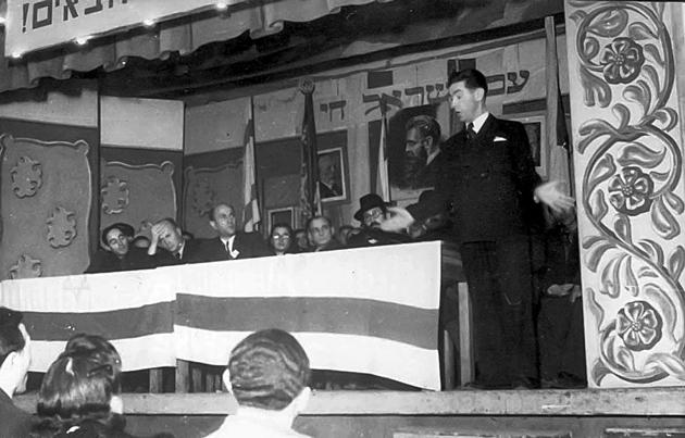 שמאַי ראָזענבלום טרעט אויף בײַ דער עפֿענונג פֿון אַ באַזאַר לטובֿת דעם קרן קיימת, דעצעמבער 1947