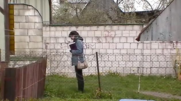 קאַרען זאָגט קדיש לעבן דעם טאַטנס אַמאָליקער שטוב אין רײַגראָד, פּוילן, 2011