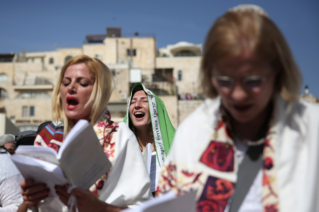 אַ גרופּע פֿרויען דאַווענען בײַם כּותל־המערבֿי, ירושלים, דעם 24סטן אַפּריל 2016